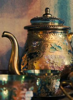 vintage tea service - this might be the prettiest teapot I have ever laid eyes on Bronze Gold, Cuppa Tea, Teapots And Cups, My Cup Of Tea, Tea Service, Chocolate Pots, High Tea, Afternoon Tea, Cup And Saucer