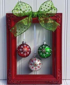 Bolas natalinas presas com fitas em um porta-retrato: tem DIY mais fácil e lindo de fazer? Décor único e diferentão.