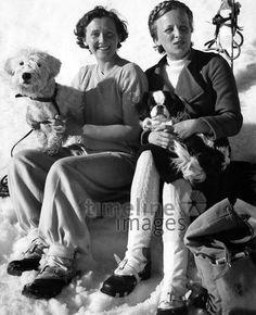 Zwei Frauen sitzen mit Schosshuendchen im Schnee, 1937 ullstein bild - ullstein bild/Timeline Images