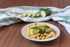 La pasta fredda con zucchine e ceci è un primo piatto ideale per il periodo estivo. Un piatto perfetto per combattere il caldo.