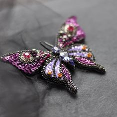 брошь бабочка в составе кристаллы и жемчуг #swarovski, японский бисер, стразовая цепь, пайетки, нить мулине, изнанка замша нет в наличии #бабочка #брошьбабочка #брошьручнойработы