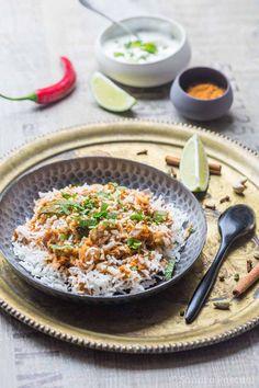La recette du biryani aux légumes, un plat de riz typique indien à base de courgette, chou-fleur et aubergine. Plat végétarien.