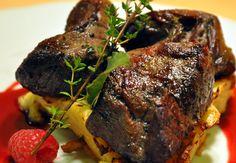 Jelení steaky na omáčce z čerstvých malin s gratinovanými bramborami