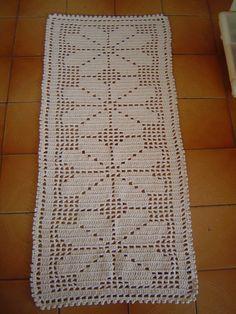 Tapete de Croche em modelo tradicional confeccionado em barbante cru.  110 X 50 cm  Pode ser feito tambem no tamanho e na cor de sua preferencia.