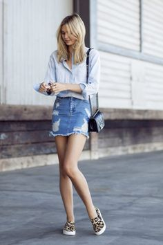 saia jeans curta e tenis estampa de oncinha