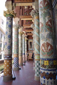 Barcellona e il Barrio Gotico, tra antico e moderno. Cosa da fare assolutamente: visitare il Palau de la Musica Catalana, patrimonio dell'UNESCO.