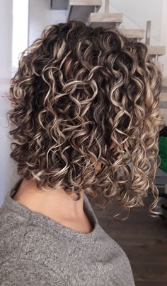 New hair cuts corto ondulado Ideas Short Permed Hair, Permed Hairstyles, Quince Hairstyles, Long Curly, Highlights Curly Hair, Balayage Hair, Curly Hair Tips, Curly Hair Styles, Colored Curly Hair