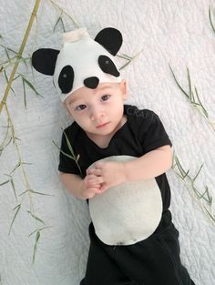 of the Best Homemade Halloween Costumes for Kids: Panda Does it get any cuter than a baby panda? Panda Costume Diy, Panda Costumes, Bear Costume, Animal Costumes, Creative Baby Costumes, Cute Baby Costumes, Toddler Costumes, Classic Halloween Costumes, Diy Halloween Costumes For Kids
