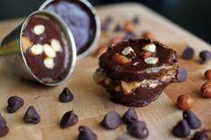Tento skvelý recept na čokoládové košíčky s arašidovým maslom je najvhodnejší pre dve skupiny ľudí: 1. Pre tých, ktorí sa snažia nabrať na váhe a majú radi sladkosti, samozrejme v zdravej forme. 2. Pre tých, ktorí sa zdravo stravujú a občas radi zhrešia zdravým dezertom (hoci aj kalorickým). Tento dezert je síce kalorickou bombou – […]