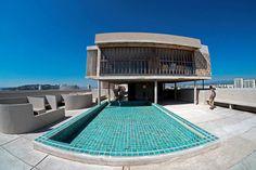 Le Corbusier,Terrasse de la Cité radieuse, Marseille - Le toit-terrasse, accessible à tous les résidents, réunit la cour de récréation de l'école maternelle, une piscine pour enfants, un auditorium à l'air libre, une piste d'athlétisme et un gymnase. Ce dernier, reconverti en lieu d'exposition depuis 2013, accueille la fondation artistique du MaMo