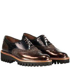 Pertini - Schnürschuhe aus Leder ► Die Schuhe von PERTINI überzeugen mit hochwertiger Verarbeitung und trendigem Design. Mit einem Mix aus Velours- und glänzendem Glattleder, markanter Gummisohle und im Budapester-Style designt ein stilvolles Highlight in der kommenden Herbstsaison.