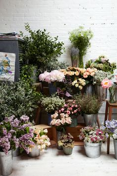 ✕ Flowers in the wild: aren't flower shops the happiest places? / #shop #flowers