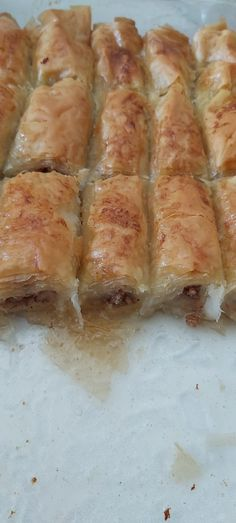 Φτιάξτε μικρά μπακλαβαδακια στο πι και φι που θα γλείφετε τα δάχτυλά σας Spanakopita, Sweets, Bread, Syrup, Ethnic Recipes, Food, Gummi Candy, Candy, Brot