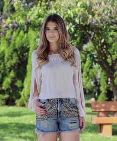 """""""{Jeans} By @vestirejeans  Amo shortinho assim bordado!! Deixa qualquer look basiquinho mais estiloso e charmoso! Apaixonada por esse ❤️ Que tal? Quase…"""""""