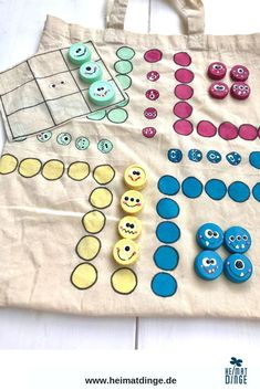 Spiele selber basteln: Kinderspiele Set aus alter Baumwolltasche – Upcycling: Make a game out of screw caps. Fun Crafts For Kids, Games For Kids, Diy For Kids, Diy And Crafts, Arts And Crafts, Make Your Own Game, Cotton Bag, Fabric Crafts, Diy Gifts