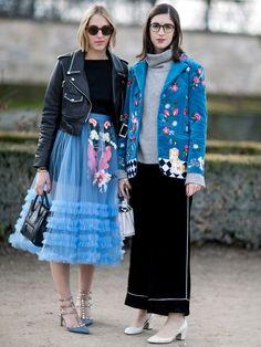 ブラック×ブルーをコンビで着こなして、まるで一対のお人形のようなムードを放っていたふたり。クラフトマンシップ溢れる花柄ジャケットにはパジャマパンツを合わせてリラックス、フェミニンなシアースカートには...