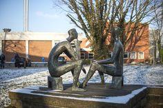 #Kiel Zwei junge Männer sitzen einander gegenüber und unterhalten sich angeregt. Diese schlichte Alltagsszene war die Ausgangssituation für die Plastik am UKSH. Die Männer sind vereinfachtund formalisie...