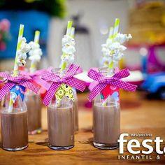 Linda idéia para usar as garrafinhas. #instafestas #ideiaslegais #decoração #festainfantil #jaefesta @inesquecivelfestainfantil