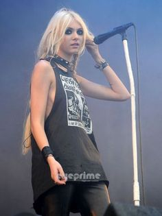 Taylor Momsen ✾ of The Pretty Reckless Download Festival, Black Is Beautiful, Beautiful People, Taylor Monsen, Sparkly Outfits, Sparkly Clothes, Taylor Michel Momsen, Luanna Perez, Celebs