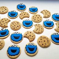 Read More Halloween Recipes Cookies Cupcake, Fancy Cookies, Iced Cookies, Cute Cookies, Cookies Et Biscuits, Kawaii Cookies, Disney Cookies, Minion Cupcakes, Donut Decorations