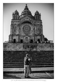 O fotógrafo de Santa Luzia / El fotógrafo de Santa Lucía / The photographer of Saint Lucy [2014 - Viana do Castelo - Portugal] #fotografia #fotografias #photography #foto #fotos #photo #photos #local #locais #locals #europa #europe #pessoa #pessoas #persona #personas #people #street #streetview #igreja #igrejas #iglesia #iglesias #church #churches @Visit Portugal @ePortugal
