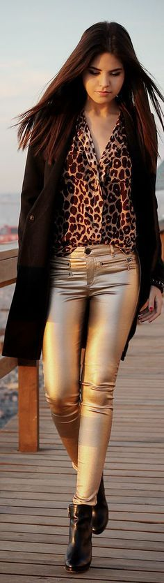 Adorable leopard print shirt with gold leggings and black coat Moda Animal Print, Blusas Animal Print, Animal Prints, Gold Leggings, Gold Pants, Street Style, Street Chic, Animal Print Fashion, Look Chic