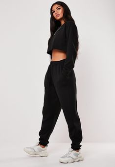 Missguided - Tall Black Oversized Joggers Calling all taller ballers. Shop our missguided tall range, for babes 5 7 and over. a pair of style joggers in an oversized fit. Tall Fit polyester cotton Vivien wears a UK size 8 / EU size 36 / US size 4 Black Joggers Outfit, Jogger Outfit, All Black Outfit Casual, Cute Sweatpants Outfit, Sweatpants Style, Black Shorts, Streetwear Mode, Streetwear Fashion, Cute Comfy Outfits