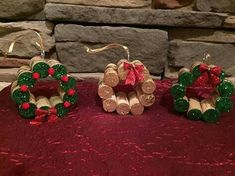 Mini Wine Cork DIY Ideas to Christmas Ornaments Mini Wine Cork Christmas Decoration inspirations; Perfect for Rustic Cottage; Cabin or Lodge Decor Wine Cork Wreath, Wine Cork Ornaments, Wine Cork Art, Diy Christmas Ornaments, Holiday Crafts, Christmas Wreaths, Christmas Decorations, Christmas Ribbon, Christmas Ideas