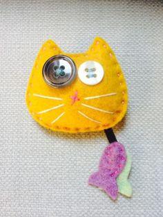 La broche petit chat en feutrine jaune mangue