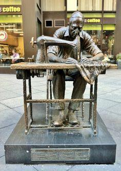 O trabalhador de Garment. 1984. Bronze. Judith Weller. Encontra-se no Distrito de  Garment, Manhattan, cidade de Nova York, NY, USA.  Fotografia: ArtFan70.