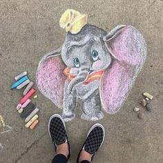 We found simple and elaborate Disney Chalk Art to inspire you! Enjoy this huge list of Disney characters brought to life in chalk. 3d Street Art, Street Art Graffiti, Graffiti Artists, Chalk Art Christmas, List Of Disney Characters, Chalk Art Quotes, Chalk Artist, Chalk Design, Chalk Drawings