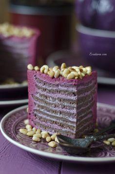 Муссово-блинный торт с чёрной смородиной