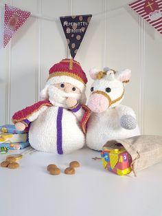 Deze leuke Sint en Amerigo zijn omkeerbaar, in hun lijfje vind je een Piet en een roetveeg Piet. Kijk voor meer voorbeelden op www.woolytoons.com. Name Day, Teddy Bear, Pop, Crochet, Animals, Design, Amigurumi, Popular, Animales