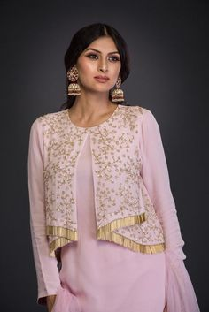 Latest Kurti With Jackets Design - The handmade craft Kurta Designs, Blouse Designs, Choli Designs, Pakistani Outfits, Indian Outfits, Indian Designer Outfits, Designer Dresses, Style Marocain, Belle