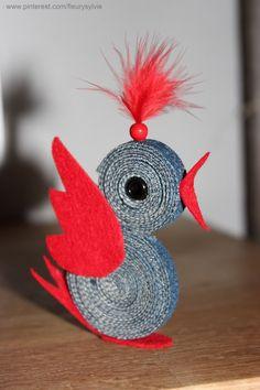 Petit oiseau sympa réalisé avec une lanière découpée dans un vieux jean, un peu de feutrine, une perle et un bout de plume.