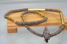 Thai-Amulett Kette Sangwahn Gring Prong Fah Prakam Prab Hongsa Loo Boran des ehrwürdigen Luang Phu Galong, zu Lebzeiten Abt des Wat Kao Laem, aus dem Jahr 2552 (2009). Luang Phu Galong erschuf diese Amulett Kette in einer Kleinserie von nur 1.999 Stück, jede Kette hat eine Seriennumme.