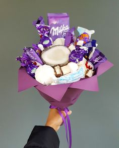 Pinterest: lowkeyy_wifeyy ✨ I love this set up Bouquet Cadeau, Candy Bouquet Diy, Food Bouquet, Bouquet Box, Gift Bouquet, Birthday Goals, Cute Birthday Gift, Milka Chocolate, Chocolate Gifts