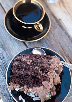 Sjokoladekake til fest bør være høy og mørk, flott pyntet og med deilig sjokoladekrem. Her er oppskrift på festkake, og hvordan du best deler en kakebunn.
