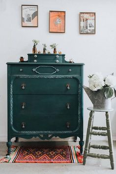 Annie Sloan using a mix of Amsterdam Green & Napoleonic Blue with White Chalk Paint®️️ Wax around the trim! Isn't this