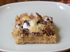Salted Caramel Apple S'Mores Bars - The flavors of caramel apples and chocolate s'mores are paired in these dessert bars made with fresh apples, marshmallows, sea salt, Golden Grahams cereal and chocolate chips. Apple Recipes, Cookie Recipes, Dessert Recipes, Bar Recipes, Dessert Ideas, Yummy Recipes, Recipies, Caramel Apple Bars, Caramel Apples
