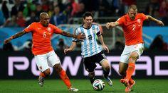 Lionel Messi, gambeteando ante la firme marca de los holandeses De Jong y Vlaar.