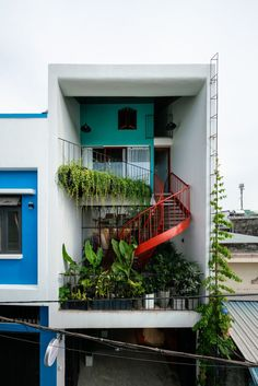 Olwen House / Completed in 2018 in Đà Nẵng Vietnam. Images by Quang Tran. OLWEN HOUSE is a residential project situated in a tightly-knit neighborhood in Danang central Vietnam. The brief is to pact a showroom retail. Exterior Design, Interior And Exterior, Retail Interior, Architecture Design, Narrow House, Good House, Facade House, House Tours, Future House