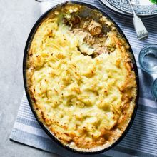 Contains pork – recipe is for non-Muslims only This comforting, creamy tarragon chicken bake with fluffy mash is ideal for a family supper. You can speed up the prep by using ready-made mash Chicken Potato Bake, Chicken Potatoes, Baked Chicken, Potato Pie, Crispy Chicken, Bbc Good Food Recipes, Cooking Recipes, Healthy Recipes, Savoury Recipes