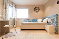 Jugendzimmer mit blauen Farbtupfern im Trend 157 W Sofa, Couch, Trends, Furniture, Home Decor, Linz, Modern Prefab Homes, Hip Roof, Room Layouts