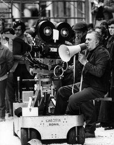 """Federico Fellini en el set de 'Amarcord', en 1973. El título es la transcripción fonética de """"Mi recuerdo"""" en el dialecto de Rimini, la ciudad natal del cineasta italiano. RINO PETROSINO (GETTY IMAGES)"""