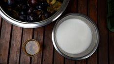 Recept na opravdu  domácí švestková povidla bez míchání Glass Of Milk, Pudding, Desserts, Food, Tailgate Desserts, Deserts, Eten, Puddings, Postres