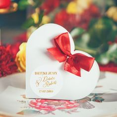 Pudełeczka w kształcie serca to niesłabnący bestseller - pięknie udekorowane kokardką i etykietą z Waszymi imionami zachwycą gości i będą dla nich uroczą niespodzianką - upominkiem! #kolekcjaslubna #kolekcjaflora #podarunekdlagosci #prezentdlagosci #wesele #slub Flora, Christmas Bulbs, Retro, Holiday Decor, Neo Traditional, Rustic, Retro Illustration, Mid Century
