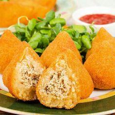 ➖Coxinha Fit de Batata Doce. @Regrann from @receitass_fit ⠀ .Ingredientes: ✔️2 batatas doce ou mandioca cozida e amassada⠀ ✔️¼ de peito de frango cozido e desfiado⠀ ✔️1 tomate sem pele e sem sementes picado⠀ ✔️2 dentes de alho⠀ ✔️½ cebola picada⠀ ✔️1 colher de sopa de requeijão light⠀ ✔️2 colheres de sopa de farinha de linhaça⠀ ✔️1 colher de sopa de azeite⠀ ✔️Acrescente sal, pimenta e ervas de sua preferência a gosto⠀ Modo de Preparo: ✔️Pré-aqueça o forno a 200°C⠀ ✔️Em uma panela, doure a o…