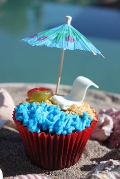Cupcakes decorated like the beach - cute! Easily can be done for a cake as well.