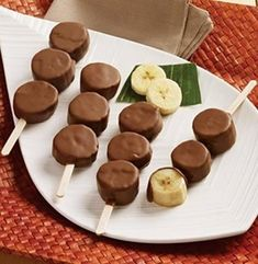 frozen banana recipes This weekend I had amazing frozen Choco-Banana Skewers from M&M Meat Shops. They were so simple and tasty. This summer my mission is to find the best frozen Chocolate Dipped Bananas, Frozen Chocolate, Dessert Chocolate, Chocolate Covered Bananas Frozen, Chocolate Covered Treats, Chocolate Sticks, Chocolate Pops, Chocolate Covered Strawberries, Delicious Chocolate